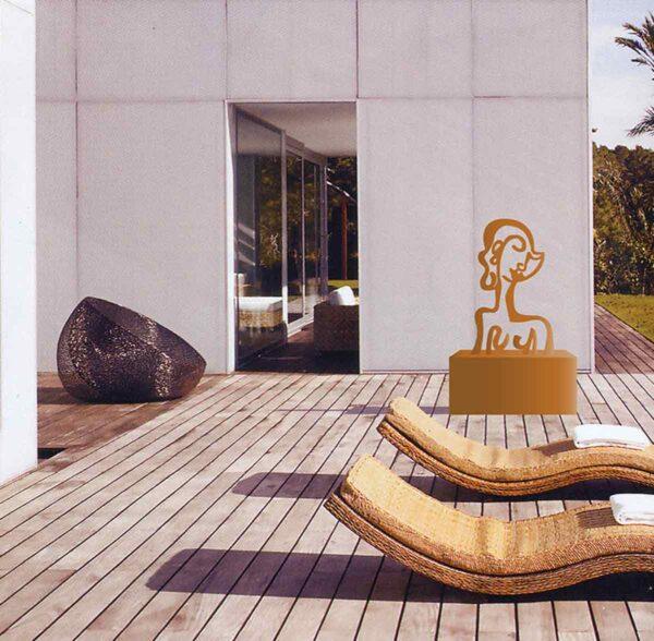 Moderne Skulptur aus Stahl. Gartenskulptur. Abstrakte Gartenkunst.