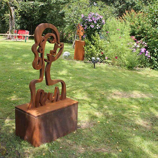 Moderne Skulptur für Garten. Abstrakte Gartenskulptur aus Stahl. Rostoptik.