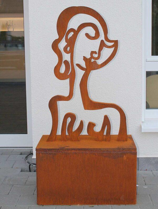 Moderne Skulptur. Gartenkunst aus Stahl. Abstrakte Gartenskulptur in Rost.