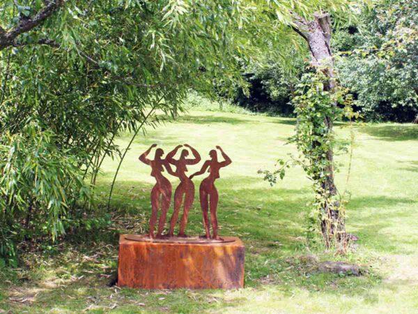 Kunst Skulptur. Gartenskulptur Rost. Abstrakte Metallfigur.