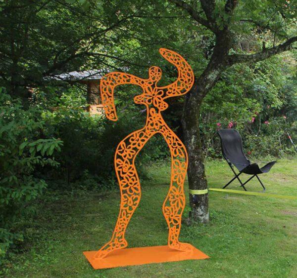 Skulptur Garten. Metallskulptur florale Form. Gartenskulptur von Künstler. Orange.