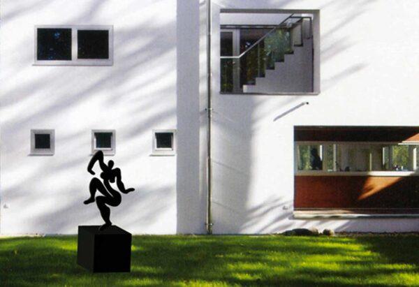 Moderne Skulptur für den Garten. Gartenkunst vom Künstler. Gartenskulptur in Rost Optik.