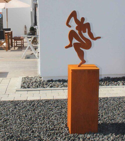 Skulptur Künstler. Metallskulptur Rost. Akt Statue abstrakt aus Stahl.