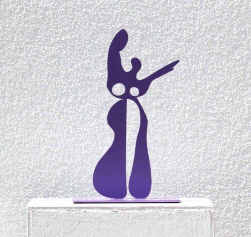 Skulptur Kunst. Abstrakte Pastik aus Metall. Kunst Figur lila.