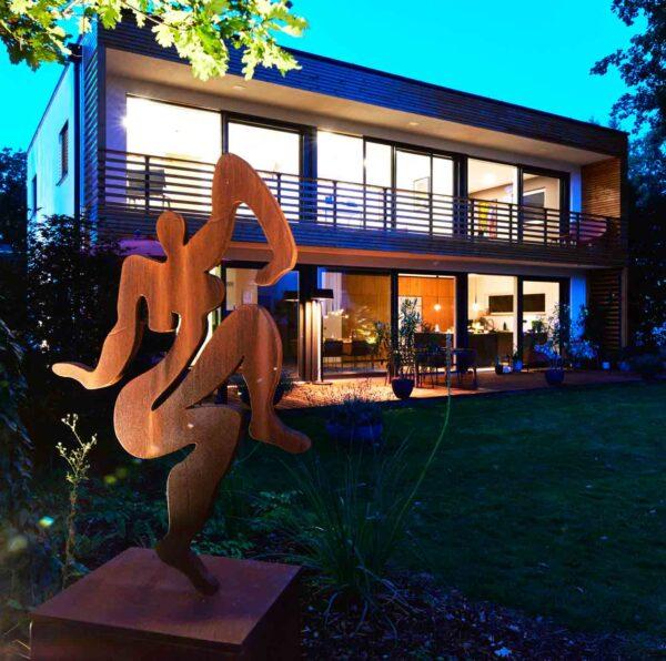 Skulptur für den Garten. Formschöne Kunst Figur aus Stahl. Rost Optik.